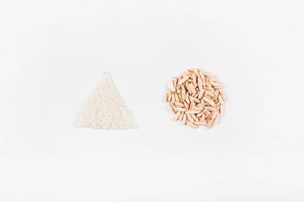 Riz blanc triangulaire et riz soufflé circulaire sur fond blanc