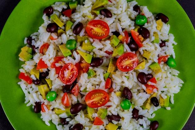 Riz bouilli, avocat, salade de légumes frais, tomates cerises petit déjeuner délicieux et équilibré