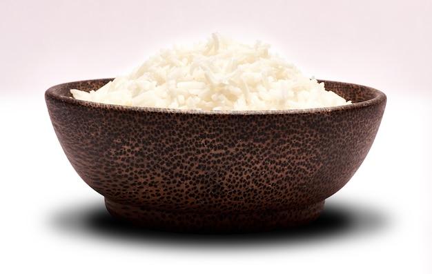 Riz bouilli dans un bol en bois isolé