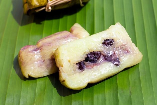 Riz bouilli empaqueté sur la feuille de bananier