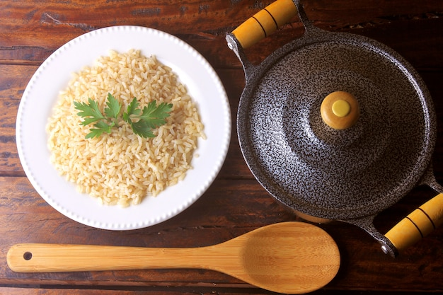 Riz brun cuit dans le plat. riz intégral