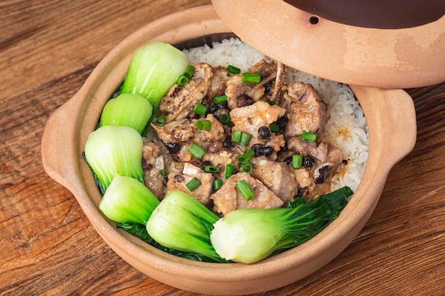 Riz à la cantonaise avec riz cuit aux côtes levées