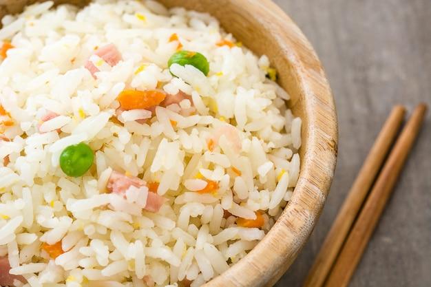Riz chinois frit aux légumes sur une table en bois