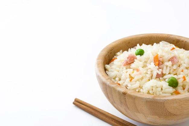 Riz chinois frit avec des légumes isolé copie espace
