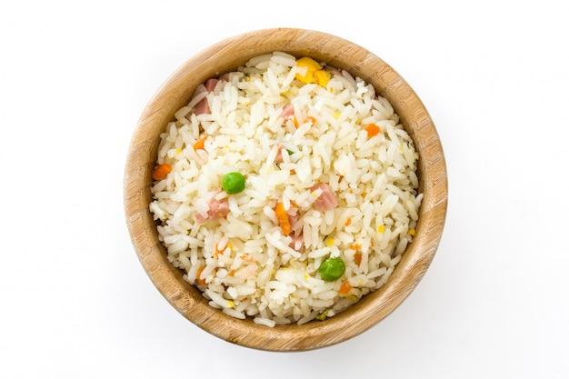 Riz chinois frit avec légumes isolé vue de dessus
