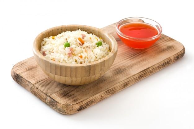 Riz chinois frit avec des légumes isolés