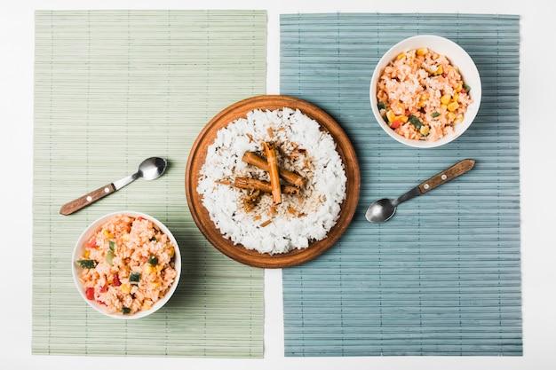 Riz chinois frit à la vapeur avec des bâtons de cannelle sur le napperon