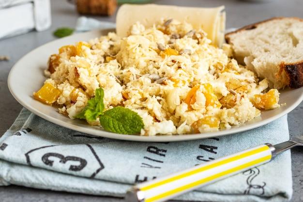 Riz de chou-fleur aux légumes (oignon et poivron).