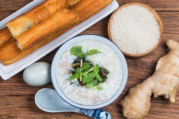 Riz en conserve avec œuf maigre, bouillie de porridge, porridge de riz chinois, petit déjeuner traditionnel chinois