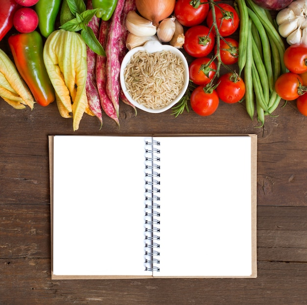 Riz cru et légumes non polis sur une vue de dessus en bois avec espace copie papier