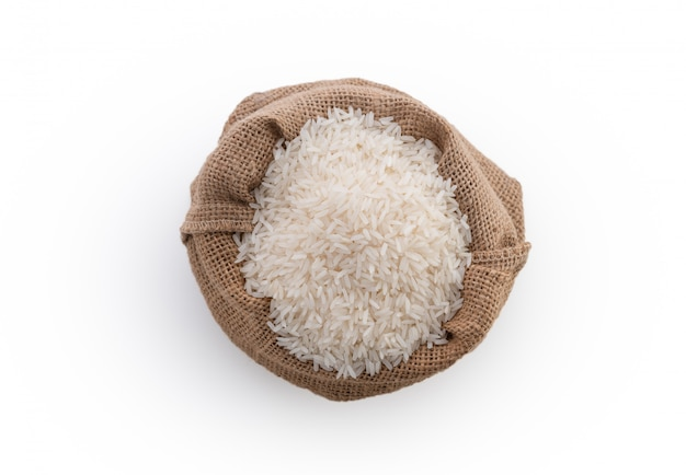 Riz cru en sac sur fond blanc