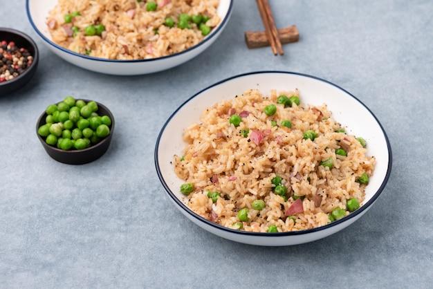 Riz cuit au japon avec petits pois et baguettes