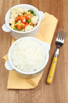 Riz cuit aux légumes sur table en bois