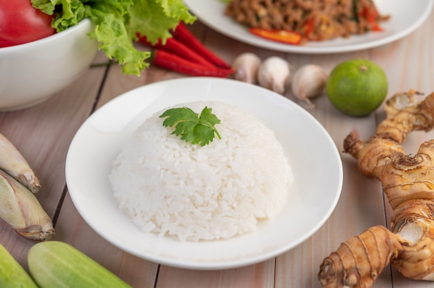 Riz cuit dans un plat blanc