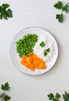 Riz cuit avec des légumes et du persil sur une assiette