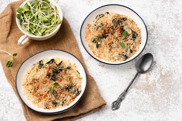 Riz cuit avec des légumes sur une surface blanche