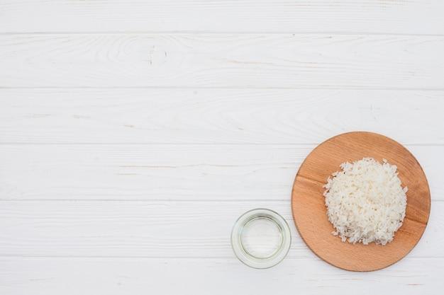 Riz cuit sur une planche de bois avec de l'eau