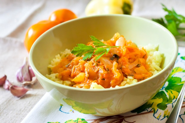 Riz cuit à la vapeur avec compote de légumes et curcuma