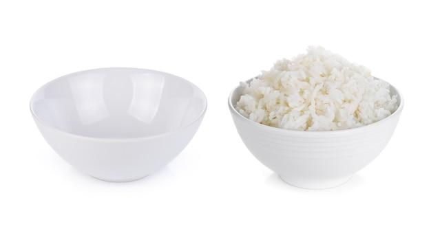 Riz dans un bol isolé sur blanc