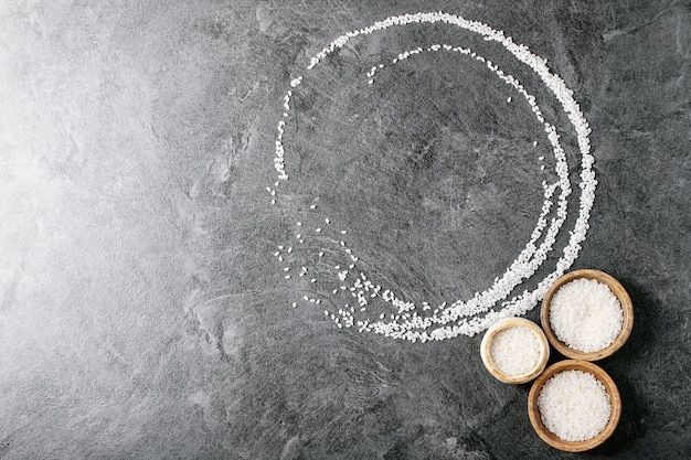 Riz dans des bols en bois et en céramique
