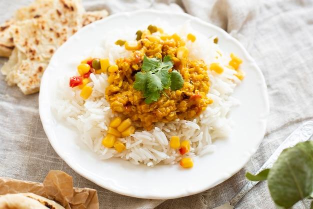 Riz élevé avec pois verts et maïs
