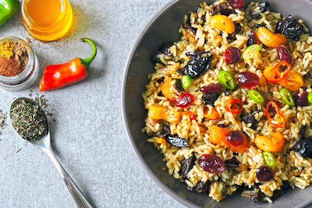 Riz épicé aux fruits secs. bol végétalien avec riz épicé. déjeuner sain