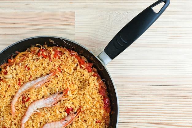 Riz espagnol ou paella aux crevettes et poisson