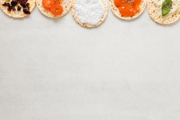 Riz étendu à plat avec ingrédients et espace de copie