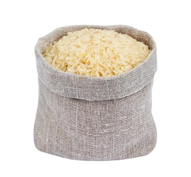 Riz étuvé dans un sac de jute isolé sur blanc