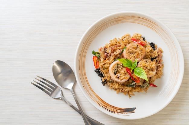 Riz frit au basilic maison et aux herbes épicées avec calamars ou poulpe - style de cuisine asiatique