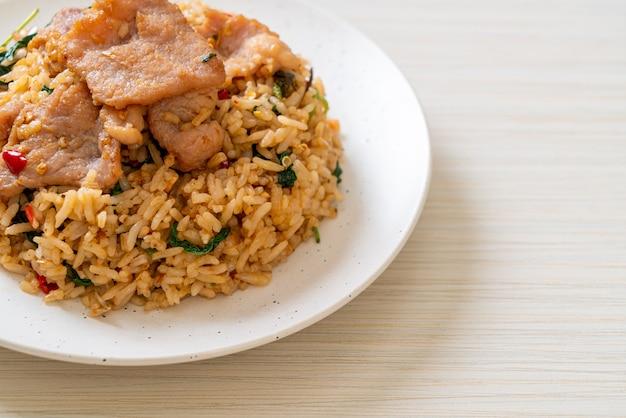 Riz frit au basilic thaï et porc - style cuisine thaï