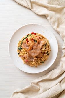 Riz frit au basilic thaï et porc - style cuisine thaïlandaise