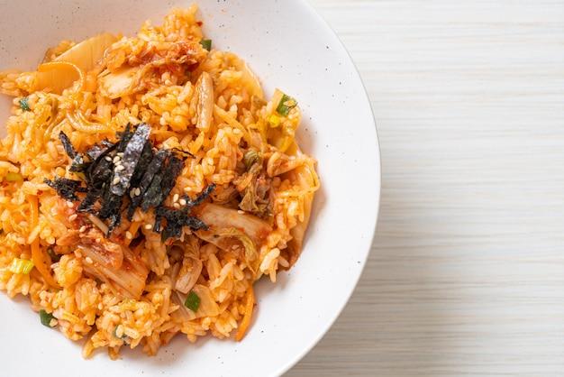 Riz frit au kimchi aux algues et sésame blanc - style cuisine coréenne