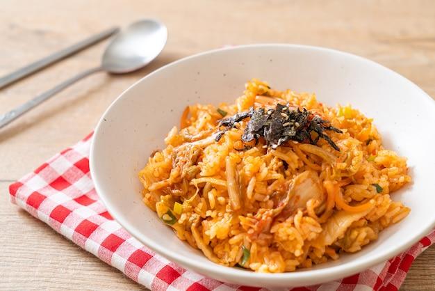 Riz frit au kimchi aux algues et sésame blanc. style de cuisine coréenne