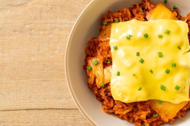 Riz frit au kimchi avec du porc et du fromage garni - cuisine asiatique et fusion