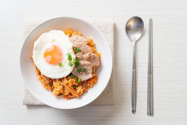 Riz frit au kimchi avec œuf frit et porc - style cuisine coréenne