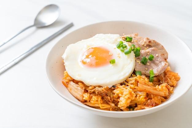 Riz frit au kimchi avec œuf frit et porc