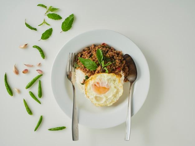Riz frit au porc au basilic avec œuf frit, cuisine thaïlandaise
