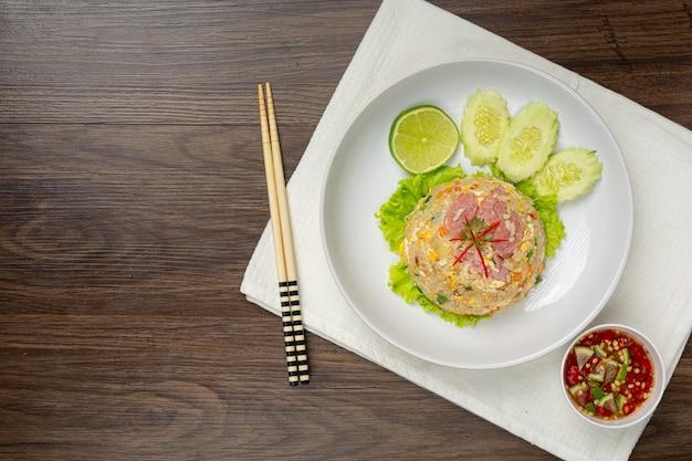 Riz frit au porc fermenté servi avec concombre frais