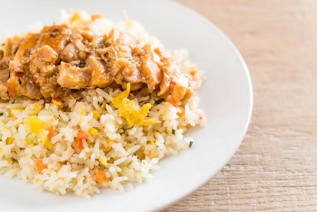 Riz frit au poulet grillé et sauce teriyaki