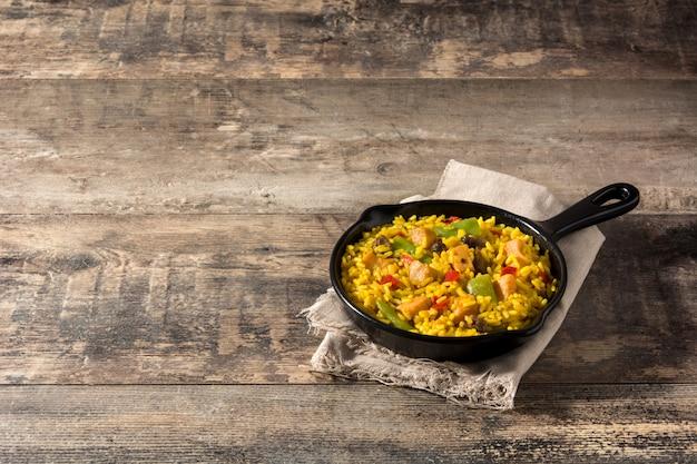 Riz frit au poulet et légumes sur une poêle à frire