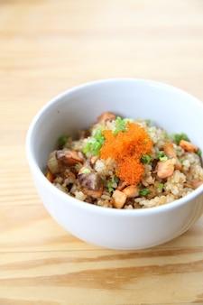 Riz frit au saumon japonais sur fond de bois