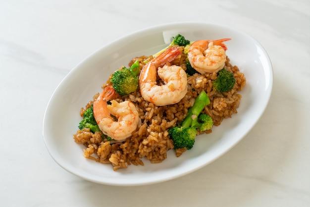Riz frit aux brocolis et crevettes - style de cuisine maison