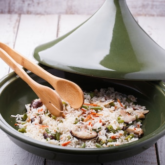 Riz frit aux champignons shiitake dans le tajine