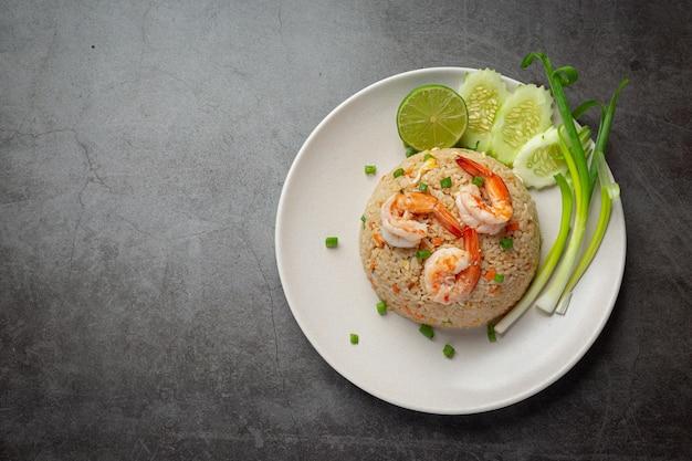 Riz frit aux crevettes américaines servi avec sauce au chili de la cuisine thaïlandaise.