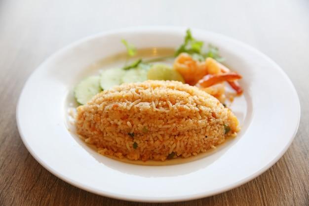Riz frit aux crevettes sur bois