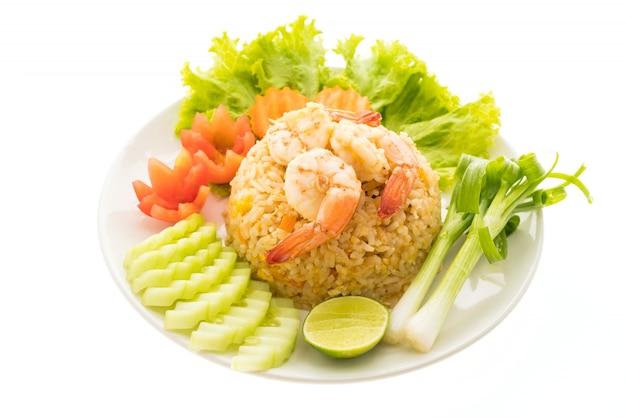 Riz frit aux crevettes et à la crevette sur le dessus en assiette blanche