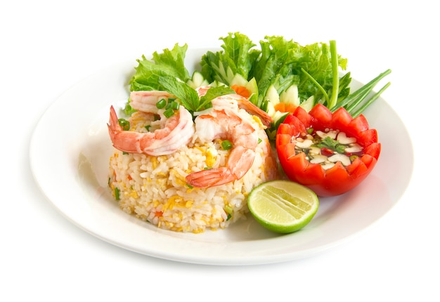 Riz frit aux crevettes décorer avec des légumes sculptés
