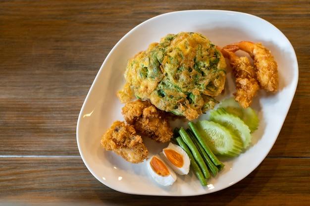 Riz frit aux crevettes épicées thaïlandaises dans une assiette