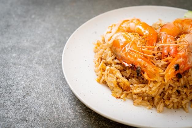 Riz frit aux crevettes géantes avec pâte de crevettes sur plaque